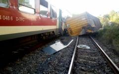 Incident feroviar neobisnuit. Un tren de persoane a fost lovit de un container cazut de pe un camion