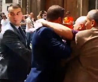 Incident in timpul vizitei lui Iohannis la Sibiu: Un barbat a fost imobilizat de SPP-isti (Video)