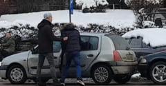 Incident socant in trafic: Un tanar sofer a lovit un alt sofer si i-a distrus masina cu o bata (Video)