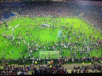 """Incidente incredibile in Europa League: Francezii au invadat terenul dupa """"bombardamentul"""" turcilor (Video)"""