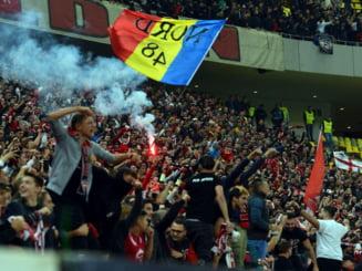 Incidente serioase dupa terminarea derbiului FCSB - Dinamo. Conflict pe teren intre fanii celor doua echipe