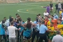 Incidente teribile la un meci de fotbal. Polițiștii au scos pistoalele și au tras focuri de armă! VIDEO