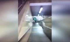 Inconstienta nu are limite! Masina impinsa pe scarile unei statii de metrou (Video)