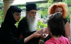 """Indemnurile duhovnicului Arsenie Papacioc pentru femei: """"Draga mireasa, daca nu te iubeste, sa nu-l asculti! Fata nu este o jucarie de pat sau de bucatarie"""""""