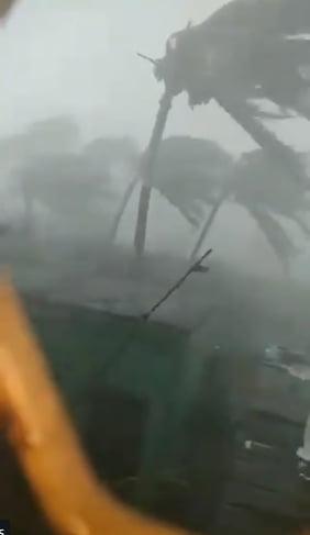 India, lovita de cel mai puternic ciclon din ultimii cinci ani: Cel putin 12 oameni au murit (Foto&Video)