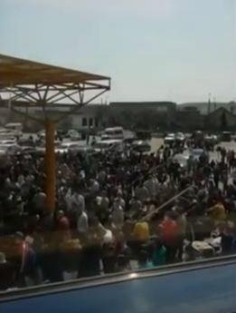 Inghesuiala de nedescris la Cluj: Peste 1.500 de oameni asteapta ingramaditi, sa zboare la munca in Germania (Video)