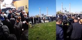 Inmormantare de langa Timisoara transmisa live pe Facebook, incheiata cu amenzi si un dosar penal VIDEO