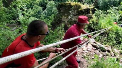 Interventie a salvamontistilor pentru recuperarea unui tanar care a cazut in gol opt metri si a ramas blocat pe un prag