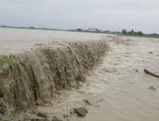 Inundatii cu repetitie in Timis: Un dig rupt de puhoaie nu a fost reparat nici dupa 9 ani