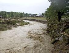 Inundatii de Paste: Codul rosu a fost prelungit, zeci de familii evacuate