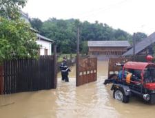 Inundatii in Arad si Cluj dupa furtuni: Drumuri blocate, masini luate de viitura