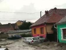 Inundatii in Brasov, dupa o ploaie torentiala. Masinile au fost luate de ape (Video)