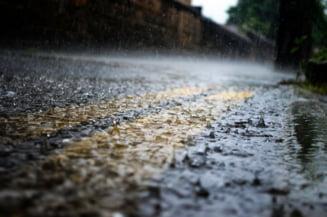 Inundatii in Bucuresti, dupa o ploaie de vara puternica. Pompierii, solicitati sa scoata apa din trei case si o scoala
