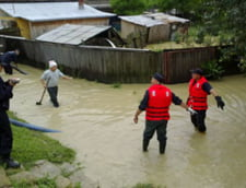 Inundatii in Galati - Apa de un metru, ploua si joi