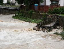 Inundatii in toata tara, oameni izolati sau salvati cu barca din calea apelor (Foto&Video)