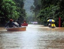 Inundatii record in Malezia: Premierul, criticat ca joaca golf cu Obama