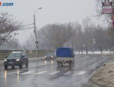 Inundatii si zapada in 54 de localitati - zone ramase fara curent, drumuri cu probleme