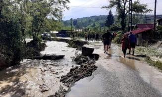 Inundatiile au facut ravagii in Valcea. Zeci de gospodarii au fost inundate si mai multe masini au fost luate de viitura VIDEO