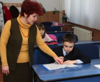 Invatatorii critica intentia Guvernului de a reduce orele de romana si matematica