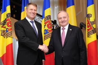 """Iohannis, decorat cu """"Ordinul Republicii"""" de presedintele R. Moldova, Nicolae Timofti"""