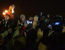 Iohannis, in mijlocul multimii de la Universitate: Klaus, Klaus, ne-ai scapat de Mickey Mouse! (Video)