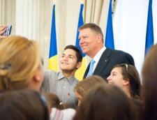 Iohannis, selfie, autografe si... secrete cu copiii, la Palatul Cotroceni (Galerie foto)