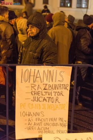 Iohannis a mers in mijlocul protestatarilor de la Cotroceni: Suntem cu totii romani (Video)