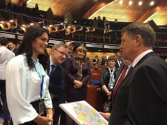 Iohannis a primit de la niste deputati moldoveni harta Romaniei Mari (Foto)