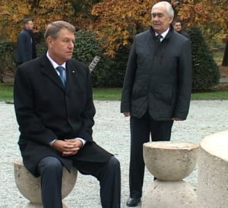 Iohannis justifica de ce s-a asezat la Masa Tacerii: Daca Brancusi n-ar fi vrut sa se aseze nimeni, nu le-ar fi pus intr-un parc public