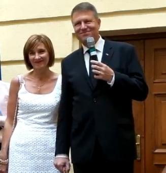 "Iohannis si-a lansat volumul autobiografic ""Pas cu pas"", in prima zi de campanie"