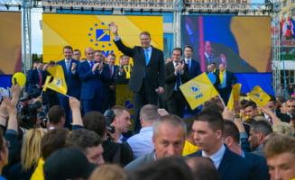 Iohannis vine in Piata Universitatii pentru a strange semnaturi pentru alegerile prezidentiale UPDATE