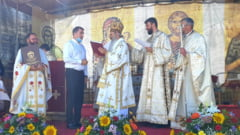 """Ionel Arsene a primit de la IPS Teofan un titlu numit """"Crucea Moldava"""". Ceremonie cu multi preoti pe scena, fara masti si nedistantati social"""