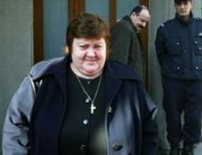 Irina Jianu, care i-a dat mita lui Miron Mitrea, escortata de politisti in tren, pana la Bacau