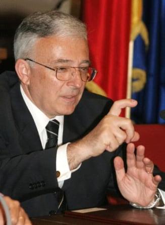 Isarescu: Pentru politicieni cresterea economica de 4% este egala cu recesiunea
