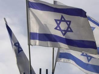 Israelul a pus in stare de alerta adaposturile antiaeriene si a bombardat o baza din Siria