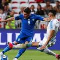 Italia ataca titlul european cu un jucator care a crescut la Biserica din sat si a inceput fotbalul tragand la poarta unui caine. O poveste de viata nemaipomenita