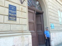 Italianca acuzata ca si-a aruncat pe podea bebelusul in varsta de doua luni, intr-un hotel din Timisoara, este trimisa in judecata pentru tentativa de omor