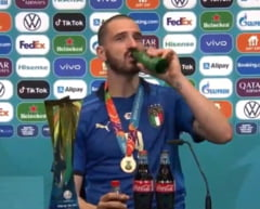 Italianul Bonucci i-a facut in ciuda lui Cristiano Ronaldo si a baut bere si suc la conferinta de presa dupa finala EURO 2020 VIDEO