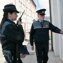... informatii, doi barbati mascati cu cagule si inarmati au intrat in
