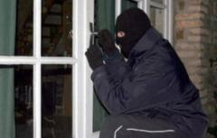 Jaf de tot rasul: Au spart casa unui fost sef de Politie si l-au sunat din greseala in timpul furtului