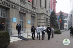 Jandarmii au oprit protestatari care voiau sa le prezinte unor experti UE problema defrisarilor: Ne faceti tara de ras!