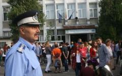 Jandarmii si politistii mehedinteni, alaturi de elevi in prima zi de scoala
