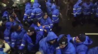 Jandarmul care loveste cu pumnul protestatarii - acelasi cu cel care il protejeaza pe Dragnea? (Foto)