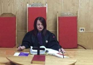 Judecatoare amendata pentru tulburarea linistii locatarilor si refuz de legitimare. Instanta respinge plangerea, dar reduce valoarea amenzii