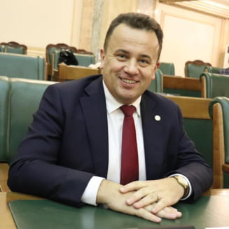 """Judecatorii mentin o amenda aplicata protestatarului """"Ceausescu"""" pentru ca l-a insultat pe senatorul PSD Liviu Pop. Parlamentarul a fost numit """"jigodie, nesimtitule, infractorule"""""""