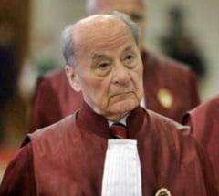 Judecatorului CCR Ion Predescu i s-a facut rau si a fost internat in spital