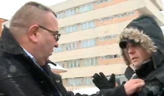 Jurnalisti bruscati de agentii care-l pazeau pe Cristian Adomnitei