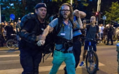 Jurnalistul german ridicat de jandarmi in fata Guvernului: Nu va lasati intimidati de abuzuri! Ne vedem in Piata!