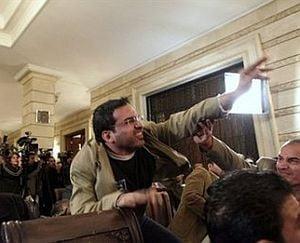 Jurnalistul irakian care a aruncat cu pantofi in Bush, eliberat mai devreme