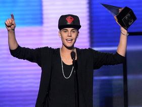 Justin Bieber, triumf la American Music Awards - MC Hammer, invitat special (Video)